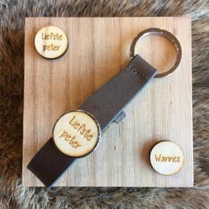 Houten sleutelhanger met button voor peter